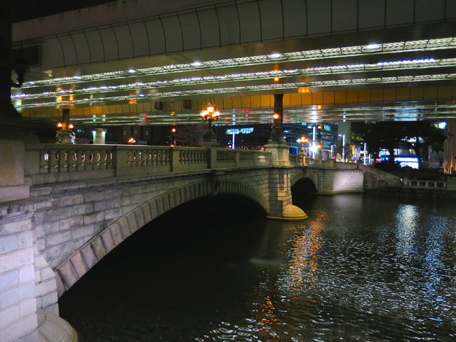 In one of the world's worst examples of urban planning, the lovely and famous Nihonbashi bridge is now overshadowed by a monster freeway, but you can still catch a glimpse of its former glory.