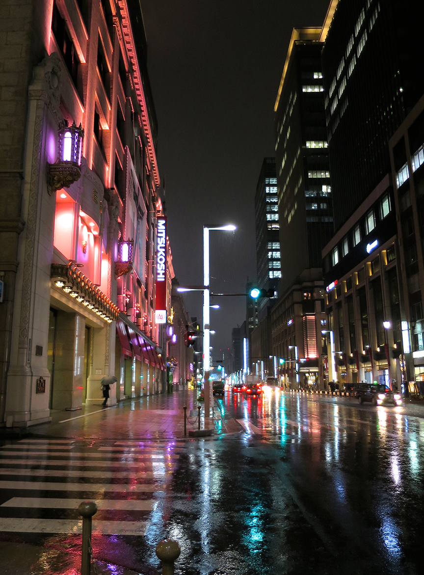 During cherry blossom season, the buildings in Ginza are all lit up pink at night!