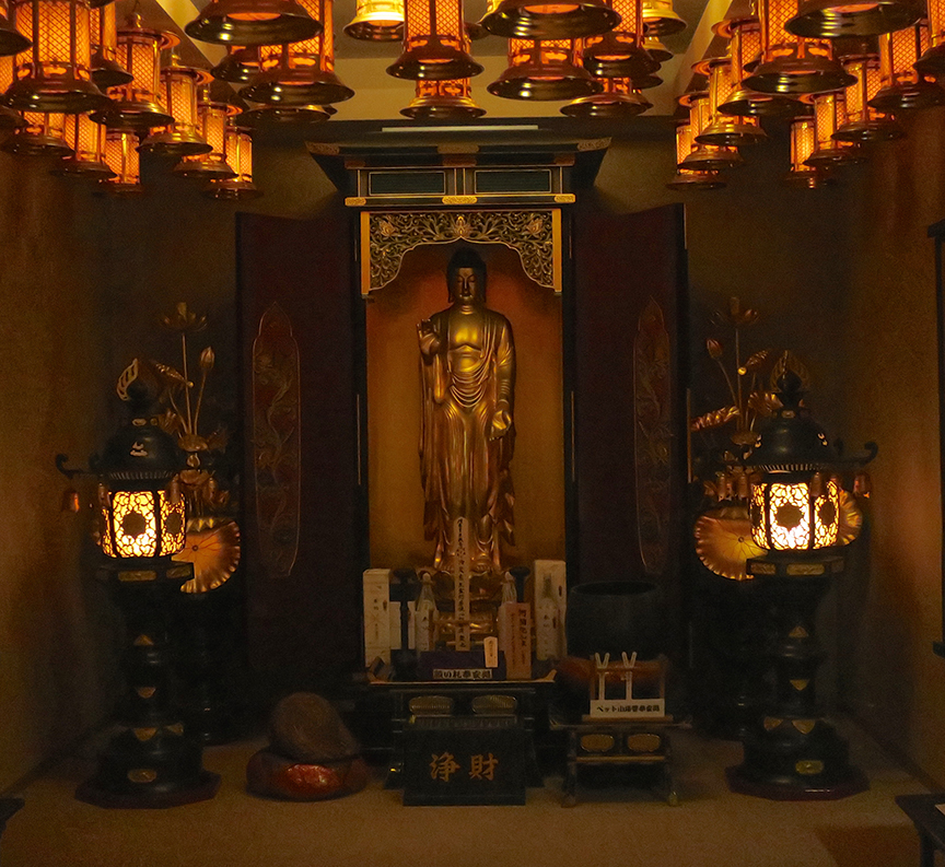 The temple is filled with other truly gorgeous traditional representations of Buddhist deities, as well as the many figures of Fudo-san.